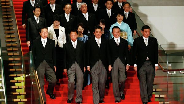 Japan's Prime Minister Shinzo Abe (front C) leads his cabinet ministers as they prepare for a photo session at Abe's official residence in Tokyo December 24, 2014 - Sputnik Mundo