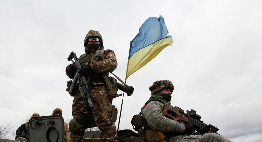 Militares de Ucrania sobre transporte blindado
