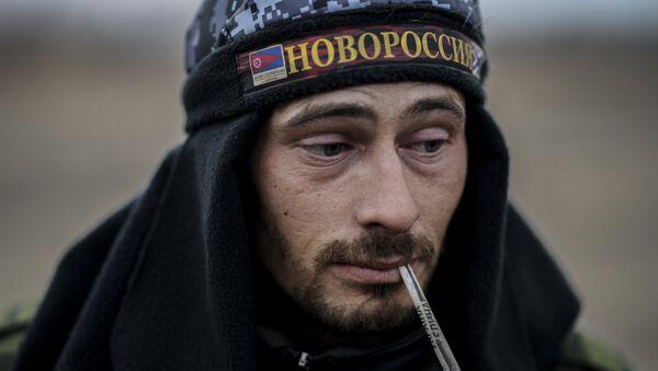 Miliciano de Lugansk con gorra donde se escribe Novorrusia - Sputnik Mundo