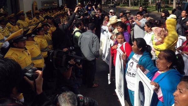 Familiares de 42 estudiantes desaparecidos protestan ante embajada de Alemania en México - Sputnik Mundo