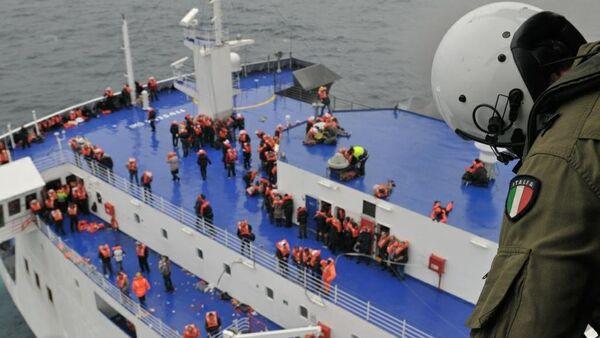Evacúan a 190 personas del Norman Atlantic y 287 aún quedan a bordo - Sputnik Mundo
