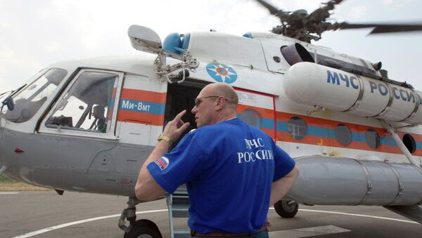 Сотрудник МЧС у вертолета МИ-8МТ - Sputnik Mundo