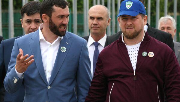 Viceministro de la Administración presidencial de república de Chechenia, Magomed Daúdov (a la izquierda) y  jefe de la República de Chechenia, Ramzán Kadýrov (a la derecha) - Sputnik Mundo