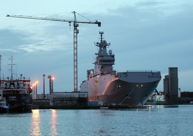 Portahelicóptero Mistral Vladivostok en el puerto de Saint-Nazaire en France, el 14 de noviembre, 2014