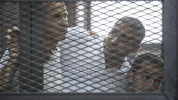 Australiano Peter Greste, el egipcio con pasaporte canadiense Mohamed Fahmy y el egipcio Baher Mohamed - Sputnik Mundo