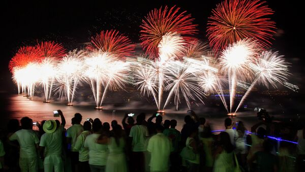 People watch fireworks exploding over Copacabana beach during New Year celebrations at the Pavao Pavaozinho slum in Rio de Janeiro January 1, 2015. - Sputnik Mundo