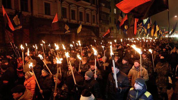 Atacan en Kiev a corresponsal del canal ruso LifeNews durante una marcha con antorchas - Sputnik Mundo