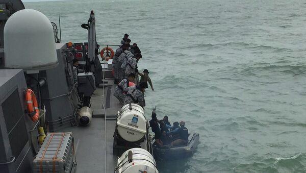 Decenas de buques y aviones participan en la operación de rescate en Indonesia - Sputnik Mundo