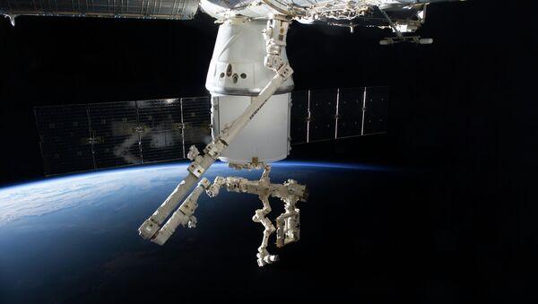 La nave Dragon de SpaceX atracado a la ISS - Sputnik Mundo