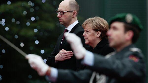 Primer ministro ucraniano, Arseni Yatseniuk y canciller alemana, Angela Merkel - Sputnik Mundo