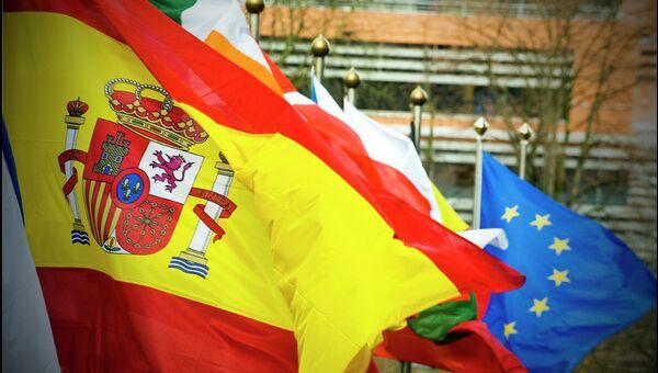 Bandera de España ante el fondo de las banderas de UE - Sputnik Mundo