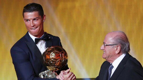 Ronaldo recibe su segundo Balón de Oro en dos años - Sputnik Mundo