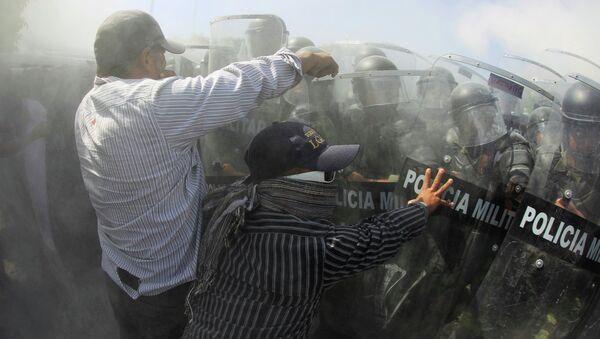 Cuatro heridos en disturbios de padres de 43 desaparecidos en México - Sputnik Mundo
