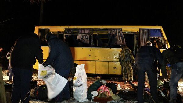 Autobús destruido en el este de Ucrania - Sputnik Mundo