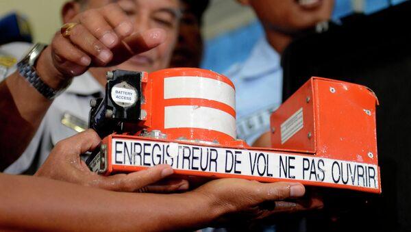 Especialistas indonesios comienzan a descifrar las cajas negras del avión de AirAsia - Sputnik Mundo
