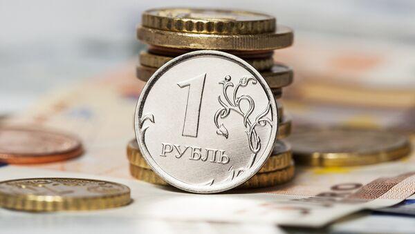 Viceprimer ministro ruso afirma que se podría haber dejado de controlar el rublo antes - Sputnik Mundo