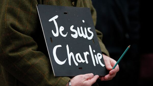 A man holds a 'Je suis Charlie' sign during a march for the victims of the shootings by gunmen at the offices of the satirical weekly newspaper Charlie Hebdo in Paris, in Liverpool, northern England January 11, 2015. - Sputnik Mundo