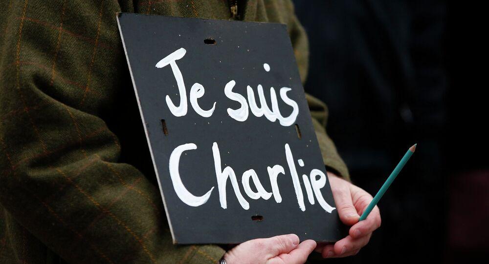 Un hombre con un cartel 'Je suis Charlie' (archivo)
