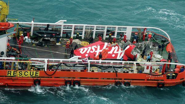 Un copiloto estaba al mando del avión de AirAsia en el momento de la catástrofe - Sputnik Mundo