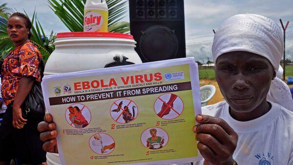 Una mujer liberiana con un folleto sobre el virus de ébola (Archivo) - Sputnik Mundo