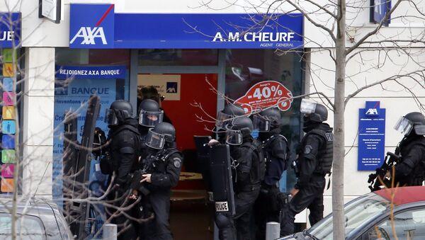 Un asaltante retiene a dos rehenes en una oficina de correos en las afueras de París - Sputnik Mundo