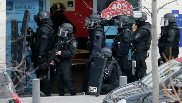 Miembros de las fuerzas especiales RAID franceses aseguran la zona próxima a la oficina de correos en Colombes - Sputnik Mundo