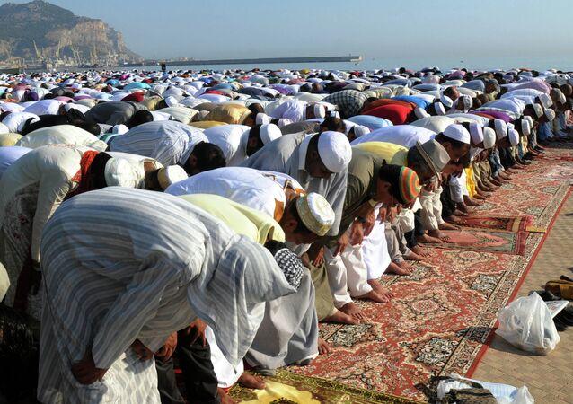 Musulmanes rezan durante el Ramadán