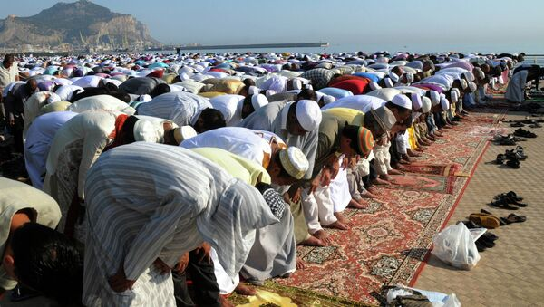 Musulmanes rezan durante el Ramadán - Sputnik Mundo