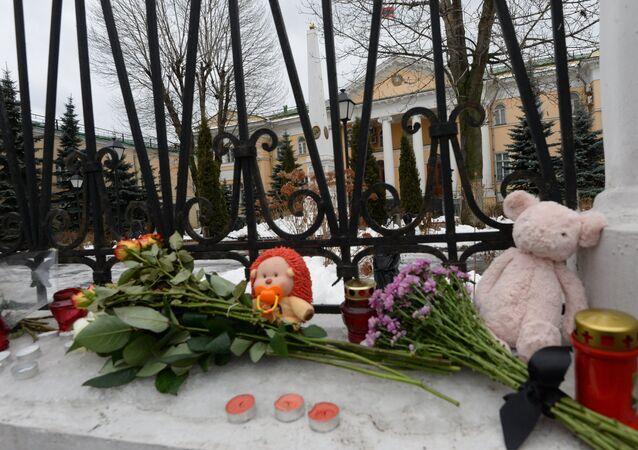 Flores y velas en la Embajada de Armenia en Moscú a raìz de la tragedia en Gyumri
