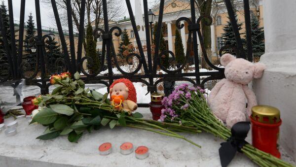 Flores y velas en la Embajada de Armenia en Moscú a raìz de la tragedia en Gyumri - Sputnik Mundo