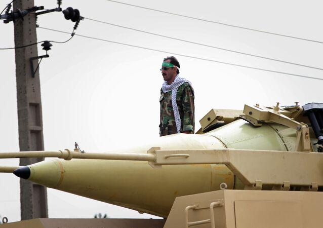 Miembro de los Cuerpos de la Guardia Revolucionaria Islámica junto al misil balístico Shahab-3
