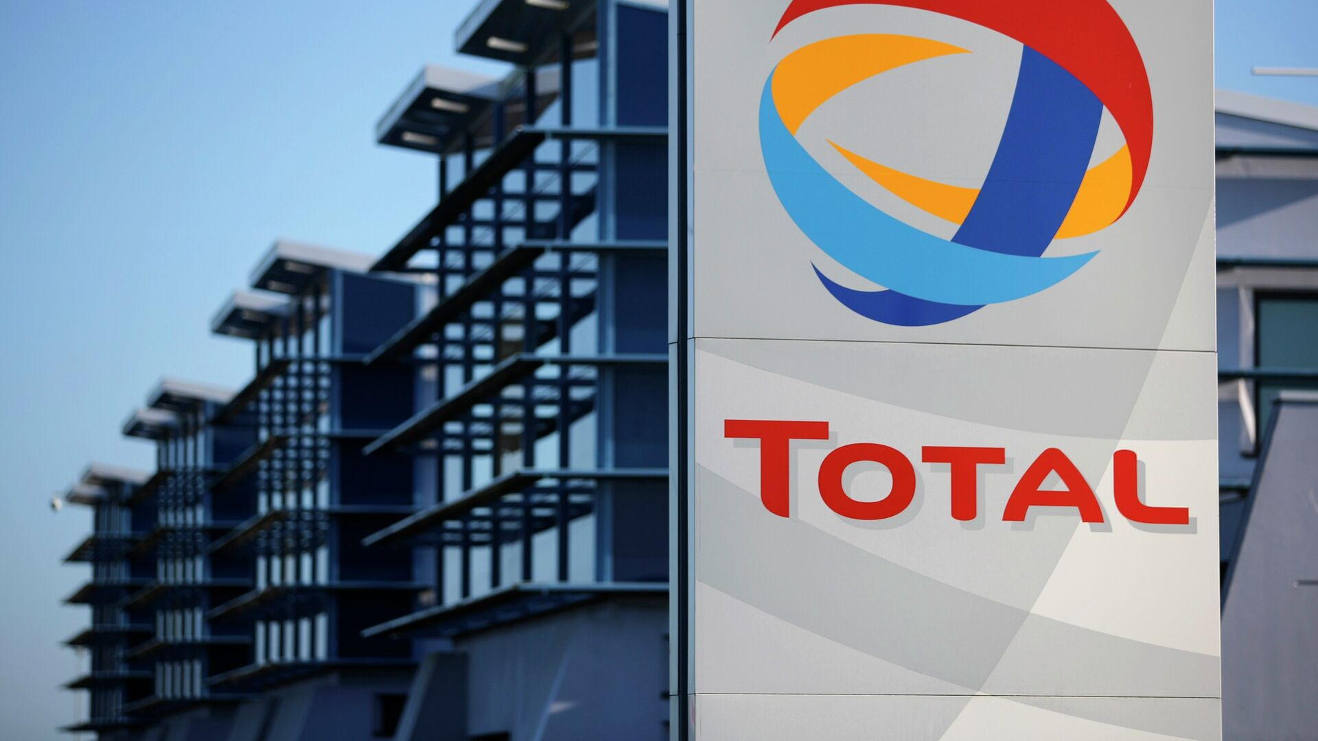 View of the logo of French oil giant Total in front of the oil refinery of Donges, near Nantes, in this December 20, 2013 file photo - Sputnik Mundo, 1920, 26.04.2021