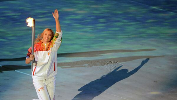 Мария Шарапова несет олимпийский огонь - Sputnik Mundo