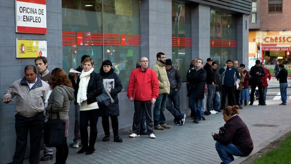People wait in line at a government employment office on Paseo de las Acacias in Madrid - Sputnik Mundo