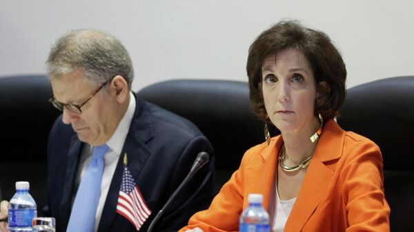 U.S. Assistant Secretary for Western Hemisphere Affairs Roberta Jacobson (R) and Chief of Mission at the U.S. Interests Section in Havana Jeffrey DeLaurentis attend negotiations to restore diplomatic ties with Cuba in Havana January 22, 2015. - Sputnik Mundo