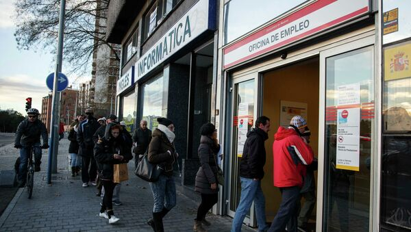 People enter a government-run employment office in Madrid January 22, 2015 - Sputnik Mundo