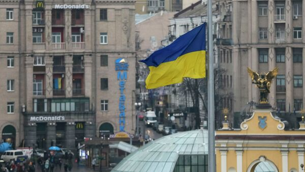 The Ukrainian flag flies at half-mast above Independence Square in a sign of mourning in Kiev, January 15, 2015. - Sputnik Mundo
