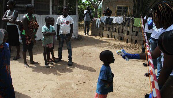 Médicos examinan los habitantes de un pueblo en África Occidental - Sputnik Mundo