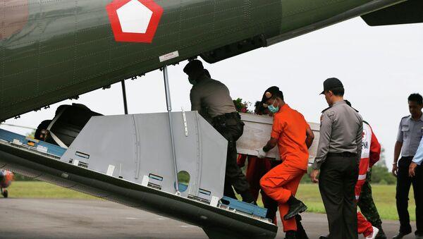 Equipos de rescate recuperan cuerpos del avión AirAsia - Sputnik Mundo