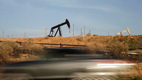 Нефтяная вышка качает нефть в Калифорнии - Sputnik Mundo