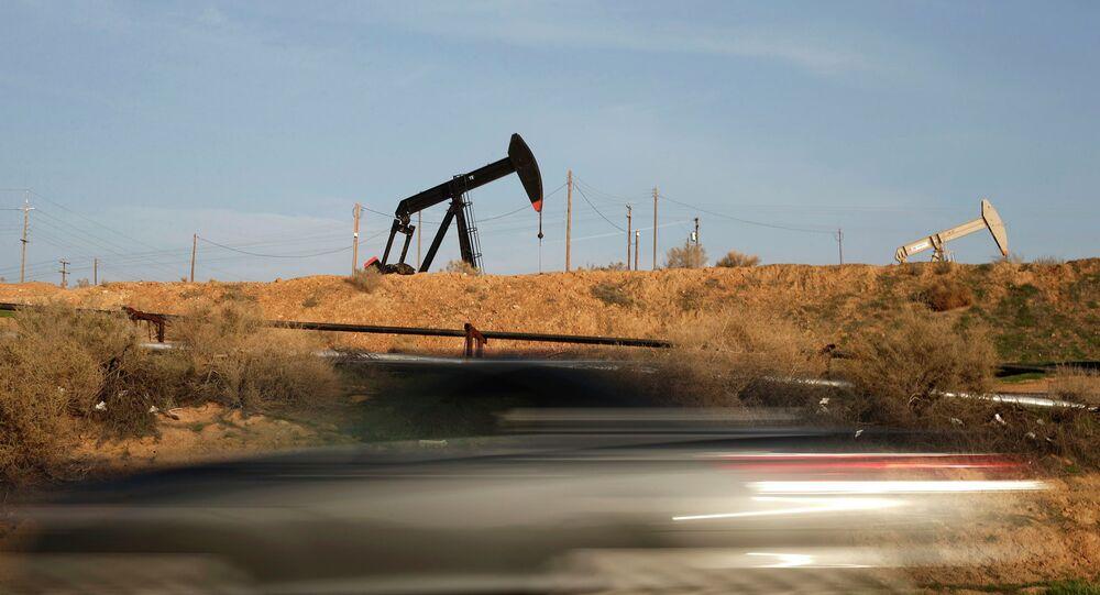 Нефтяная вышка качает нефть в Калифорнии
