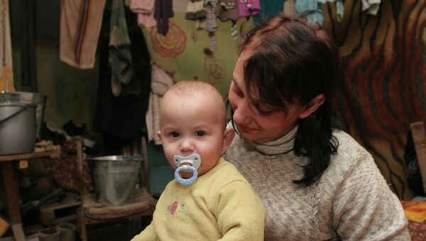 Más de 1.000 niños se esconden a diario en refugios antibombas de Donetsk, según Unicef - Sputnik Mundo