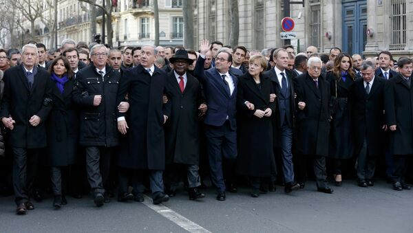 French President Francois Hollande is surrounded by Heads of state as they attend the solidarity march (Marche Republicaine) in the streets of Paris January 11, 2015. - Sputnik Mundo