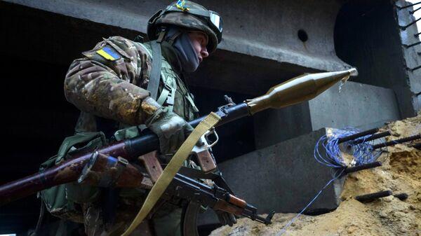Украинский военный в деревне Пески - Sputnik Mundo
