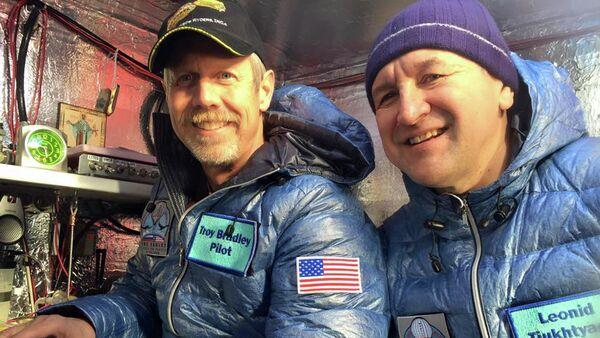 Pilotos Troy Bradley de EEUU y Leonid Tiujtiáev de Rusia - Sputnik Mundo