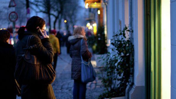 Una mujer habla por el móvil en Alemania - Sputnik Mundo
