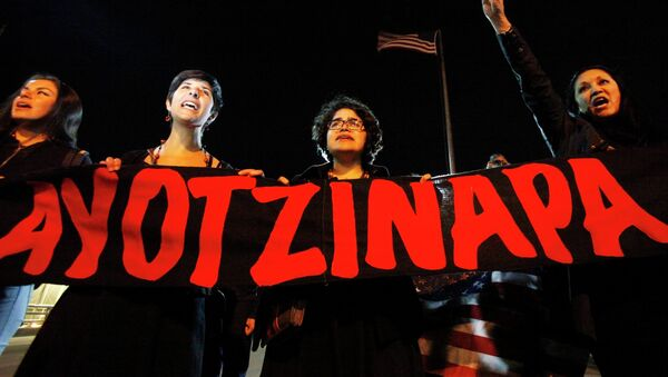 Women hold banner and yell slogans in support of the 43 missing trainee teachers of the Ayotzinapa teachers' training college, during a protest at the International Santa Fe bridge and border crossing between Mexico and the U.S. in Ciudad Juarez January 26, 2015 - Sputnik Mundo