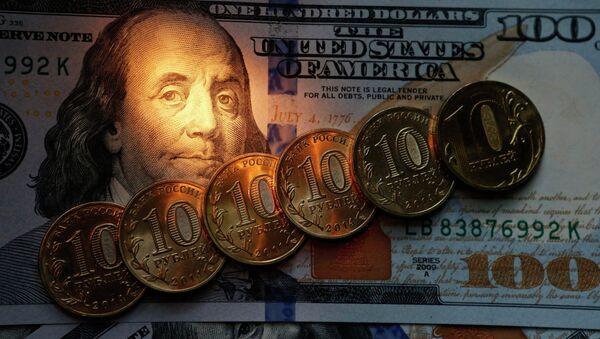 Monedas de 10 rublos y billetes de 100 dólares de EEUU - Sputnik Mundo