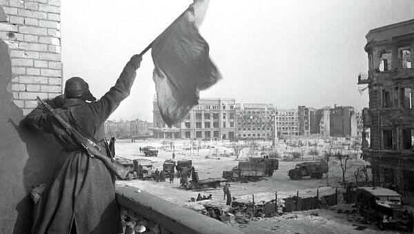 El combatiente soviético agarra la bandera en Stalingrado 09.01.1943 - Sputnik Mundo