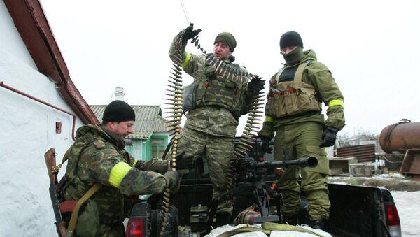 Ukrainian servicemen prepare their ammunition at a position on the frontline near the southern Ukrainian city of Mariupol on January 26, 2015. - Sputnik Mundo